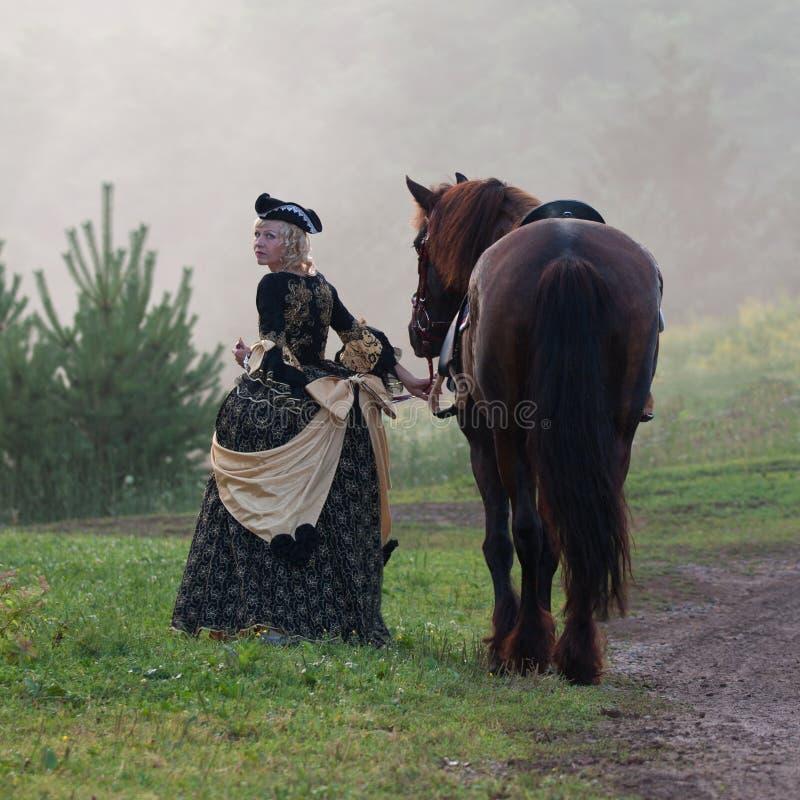 Kobieta w smokingowej królewskiej barokowej jazdie zdjęcie royalty free