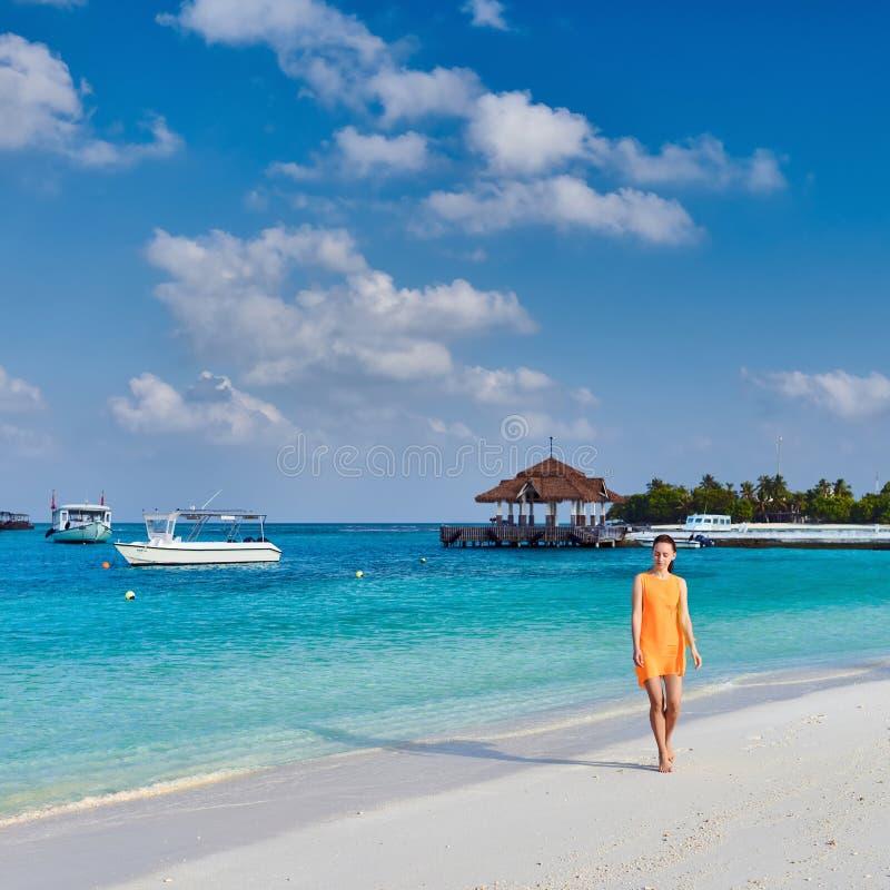Kobieta w smokingowym odprowadzeniu na tropikalnej plaży fotografia royalty free