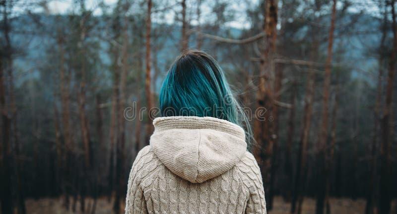 Kobieta w sosnowym lesie zdjęcia stock