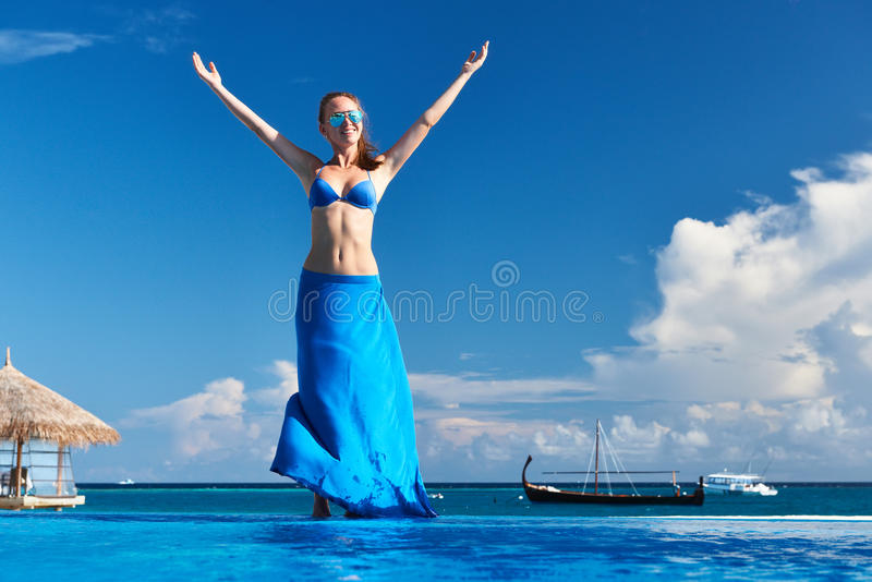 Kobieta przy poolside fotografia royalty free
