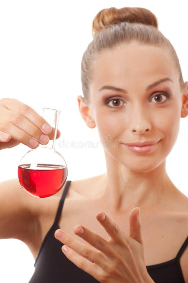 Kobieta w sportach nadaje się chwyty kolbiastych z czerwonym cieczem zdjęcie royalty free
