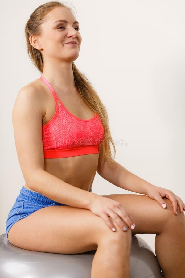 Kobieta w sportswear robi ćwiczeniom z dysponowaną piłką obrazy royalty free