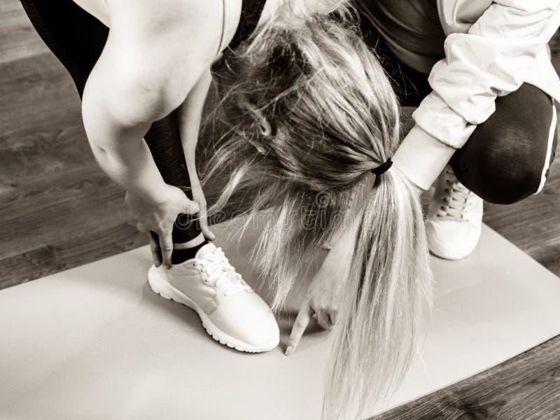 Kobieta w sportswear robi treningowi z trenerem fotografia royalty free