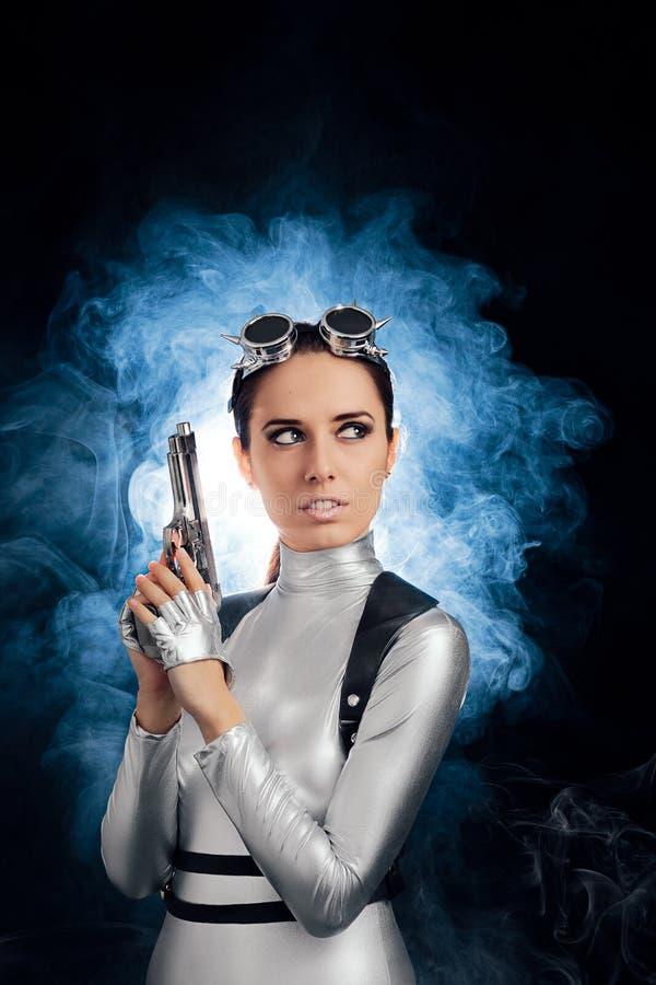 Kobieta w srebro przestrzeni mienia krócicy Kostiumowym pistolecie fotografia stock