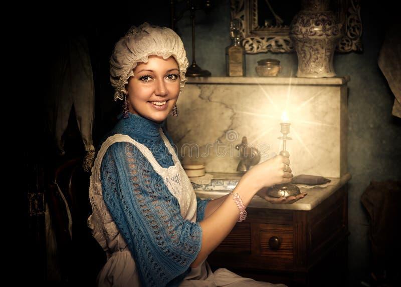 Kobieta w starej nakrętce z candlestick obraz royalty free