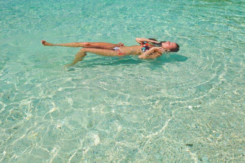 Kobieta w swimsuit w wodzie obraz stock