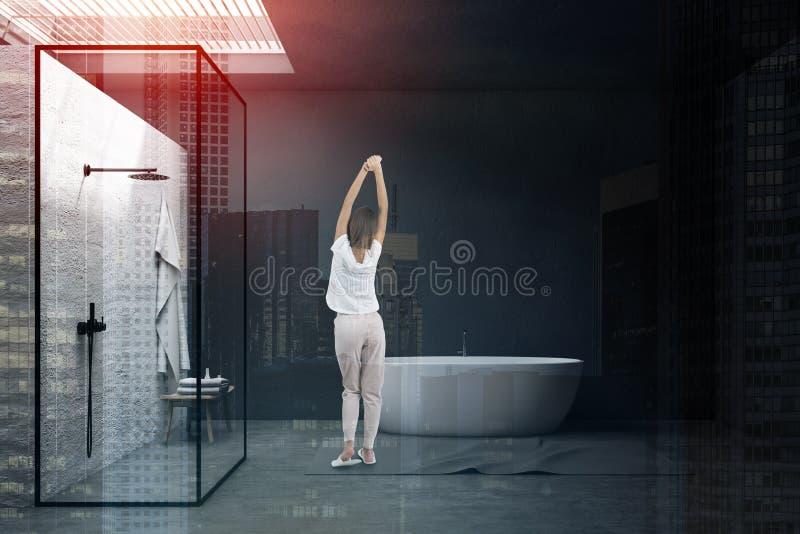 Kobieta w szarej łazience z prysznic obrazy royalty free