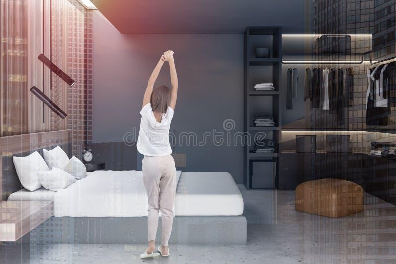 Kobieta w szarej sypialni z garderobą ilustracji