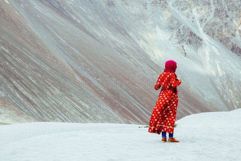 Kobieta w tradycyjnej indianin sukni pozyci w pustyni w Ladakh, India zdjęcia stock