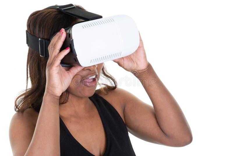 Kobieta w VR słuchawki przyglądającej w górę i próbującej dotykać przedmioty na białym tle fotografia stock