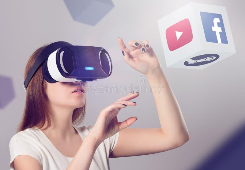 Kobieta w VR słuchawki przyglądający up i oddziałać wzajemnie z przedmiotami obrazy stock