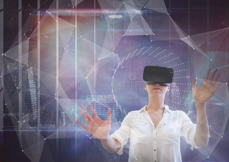Kobieta w VR słuchawki wzruszającym interfejsie przeciw galaxy miasta tłu zdjęcie stock