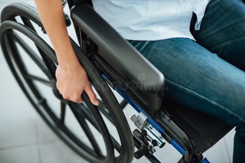Kobieta w wózek inwalidzki zdjęcia stock