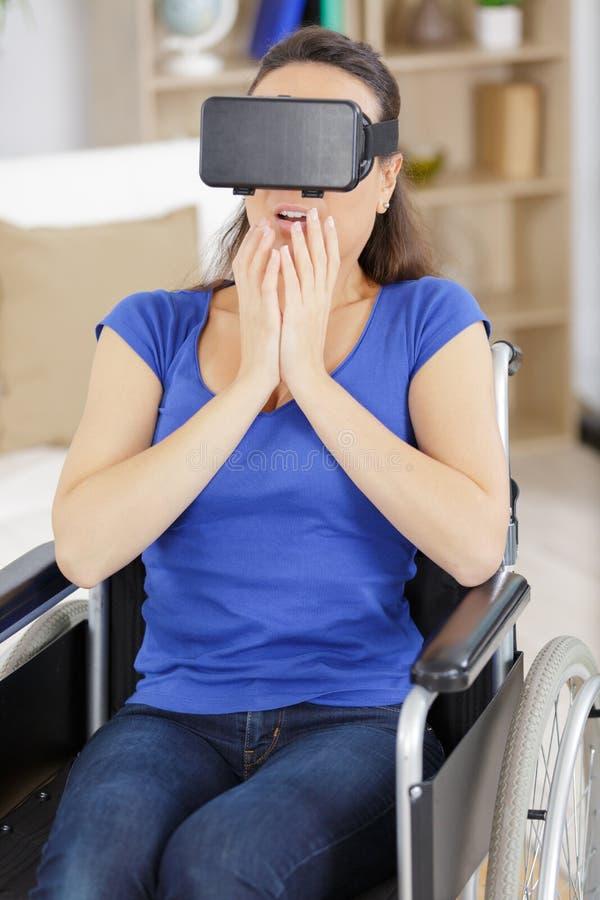 Kobieta w wózka inwalidzkiego mienia vr gogle w biurze fotografia stock