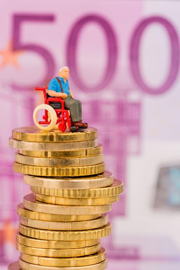 Kobieta w wózku inwalidzkim na pieniądze stercie obraz stock