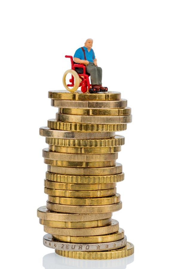 Kobieta w wózku inwalidzkim na pieniądze stercie fotografia stock