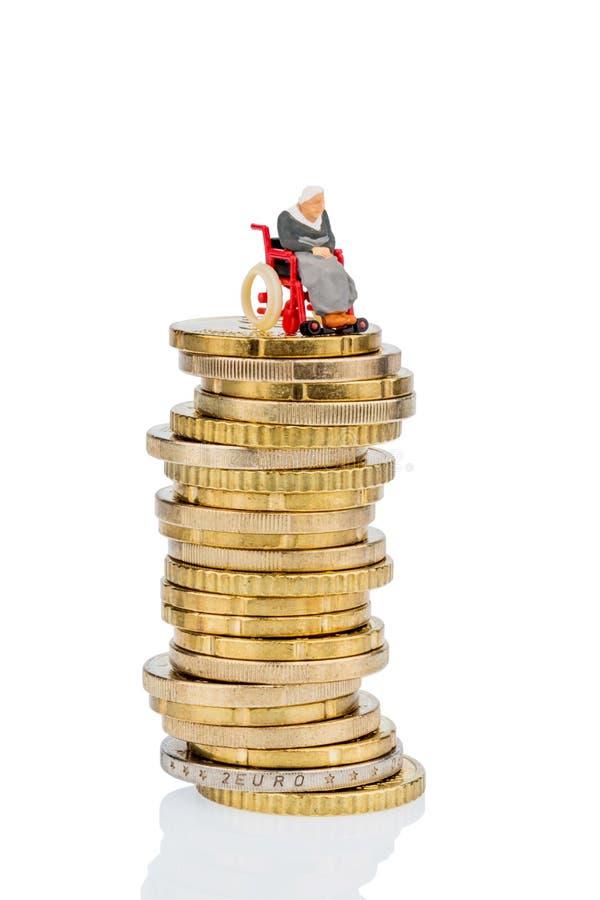 Kobieta w wózku inwalidzkim na pieniądze stercie zdjęcie stock