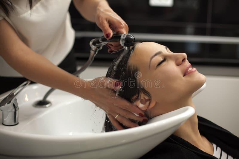Kobieta w włosianym salonie fotografia stock