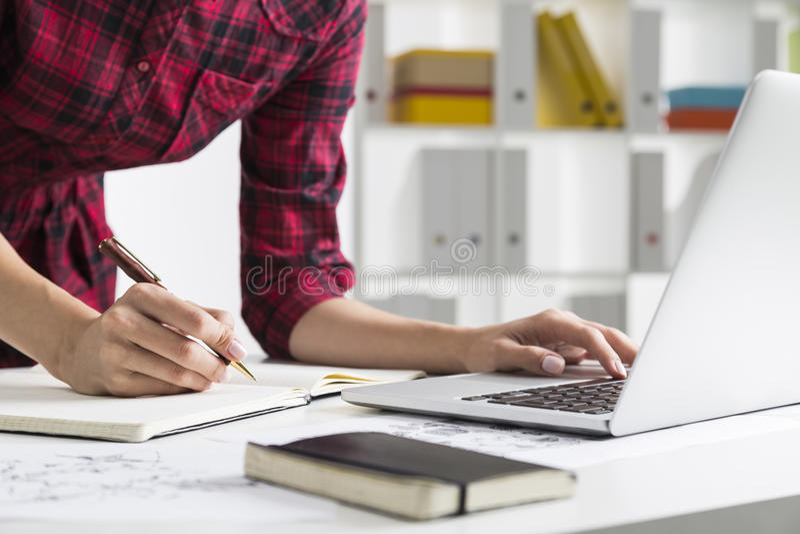 Kobieta w w kratkę smokingowy pisać na maszynie i pisać fotografia stock