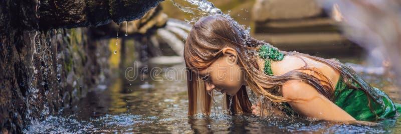 Kobieta w ?wi?tej wiosny wody ?wi?tyni w Bali ?wi?tynna mieszanka sk?ada si? petirtaan lub k?pania struktur?, s?awn? dla zdjęcia royalty free