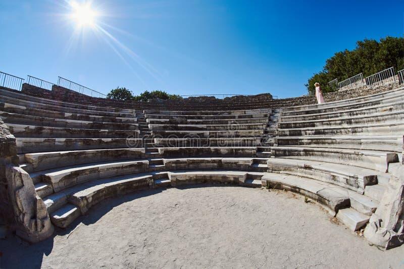 Kobieta w widowni rujnujący, antyczny teatr, zdjęcie royalty free