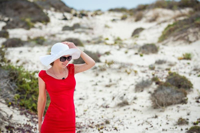 Download Kobieta W Wieczór Czerwieni Sukni Zdjęcie Stock - Obraz złożonej z model, brunetka: 53792390