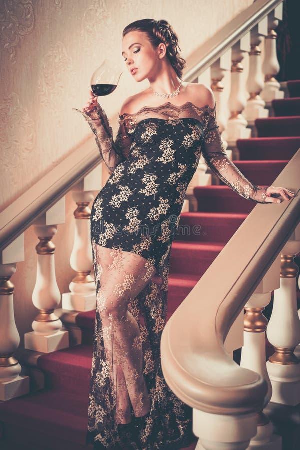 Kobieta w wieczór sukni w luksusowym wnętrzu obraz royalty free