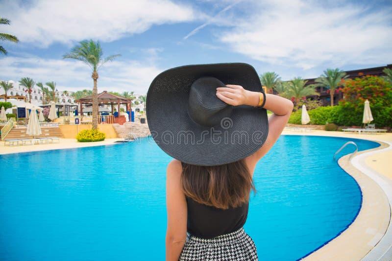 kobieta w wielkim czarnym kapeluszu fotografia royalty free
