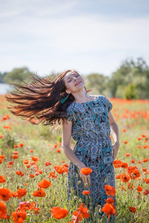 Kobieta w wzorzystych sundress na zmierzchu kwiatu polu fotografia royalty free
