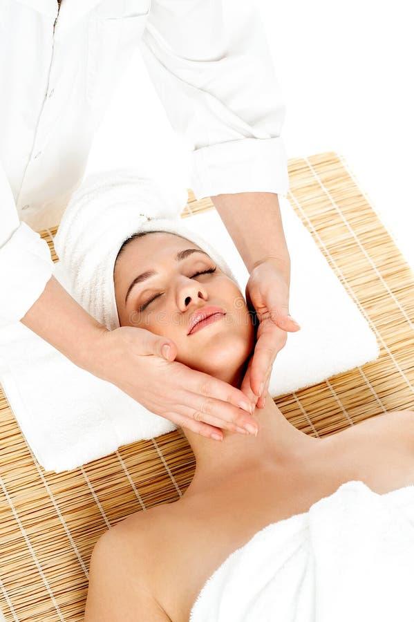 Kobieta w zdroju dostaje twarzowego masaż obrazy royalty free