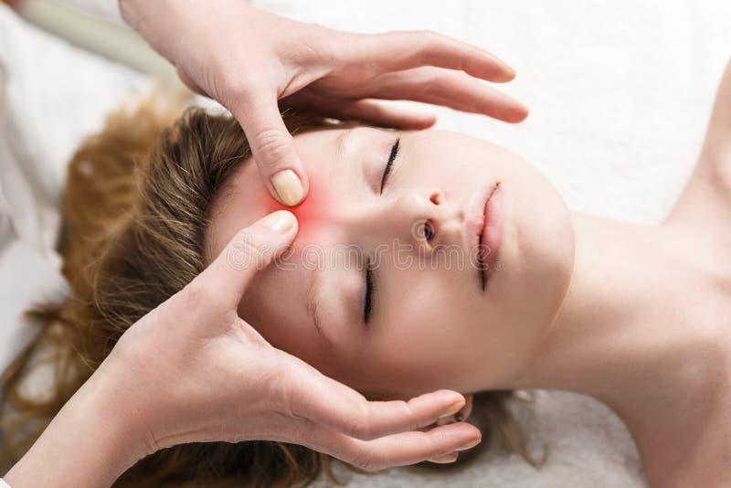 Kobieta w zdroju dostaje twarzowego masaż zdjęcie royalty free