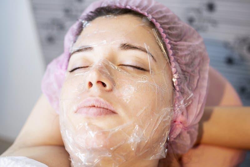 Kobieta w zdroju salonu łgarskim puszku i cieszy się relaksować w dnia zdroju Różni traktowania przy zdrojem zdjęcie stock