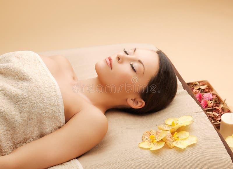 Kobieta w zdroju salonu lying on the beach na masażu biurku zdjęcia stock