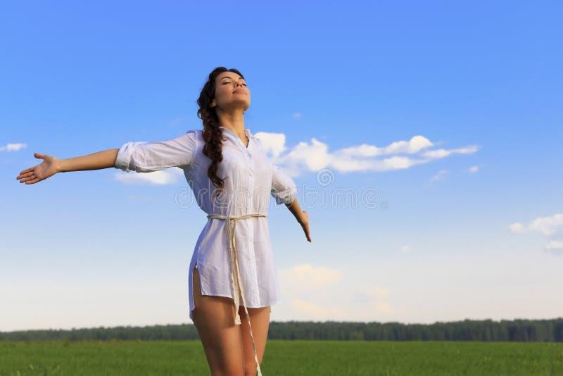 Kobieta w zieleni polu obrazy stock