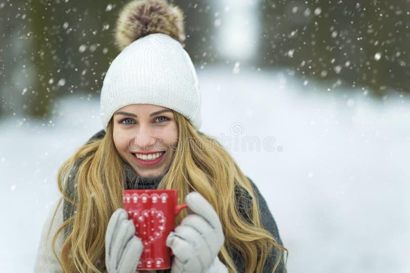 Kobieta w zim ubraniach ma gorącego napój obraz royalty free