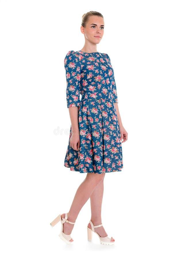 Kobieta w zmroku - błękitna kwiecista suknia odizolowywająca na bielu zdjęcia stock