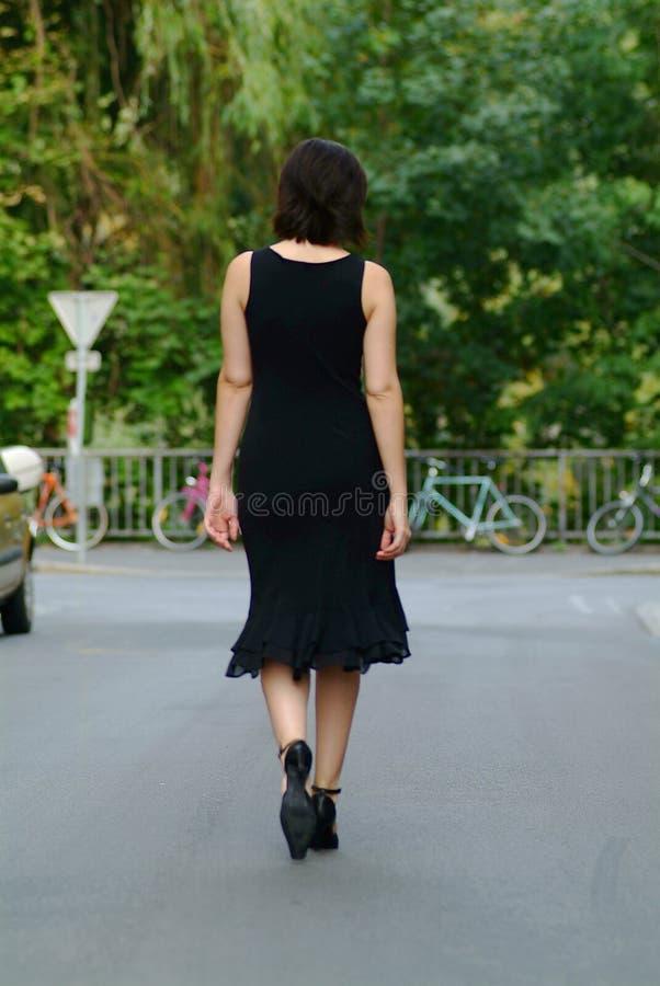 kobieta waltking fotografia stock