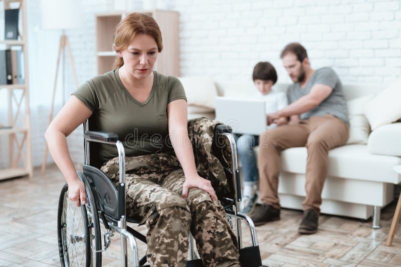 Kobieta weteran w wózku inwalidzkim wracającym od wojska Kobieta w wózku inwalidzkim jest w bólu Ona ` s w wojskowym uniformu zdjęcie royalty free