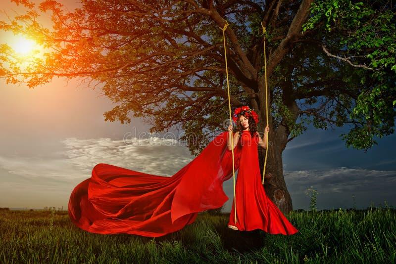 Kobieta wewnątrz na huśtawce zdjęcia royalty free