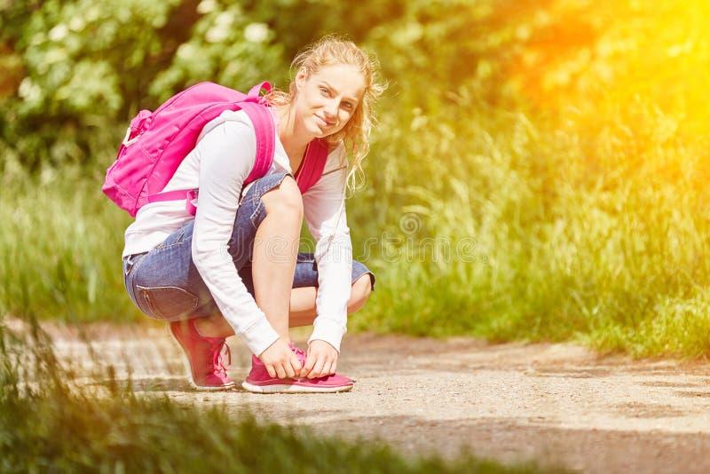 Kobieta wiąże ona buty obraz stock