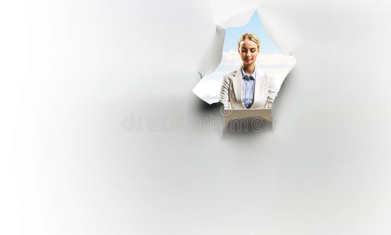 Kobieta widzieć od dziury poszarpany papier obraz stock