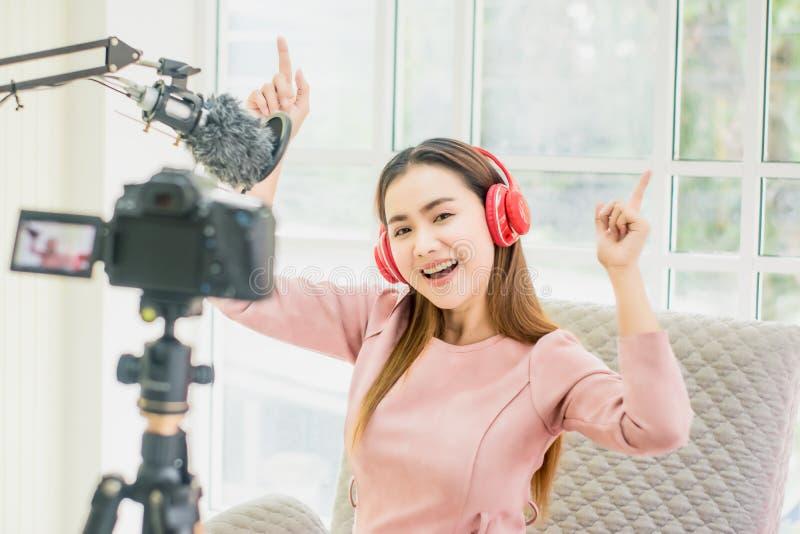 Kobieta wlogerka i blogerka, transmisja i transmisja wideo na żywo dla studentki Studiuj online w salonie, radosny uśmiech, fotografia stock