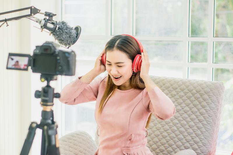 Kobieta wlogerka i blogerka, transmisja i transmisja wideo na żywo dla studentki Studiuj online w salonie, radosny uśmiech, obraz stock