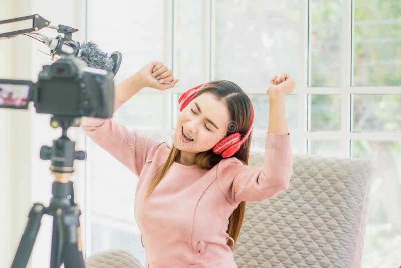 Kobieta wlogerka i blogerka, transmisja i transmisja wideo na żywo dla studentki Studiuj online w salonie, radosny uśmiech, zdjęcie stock