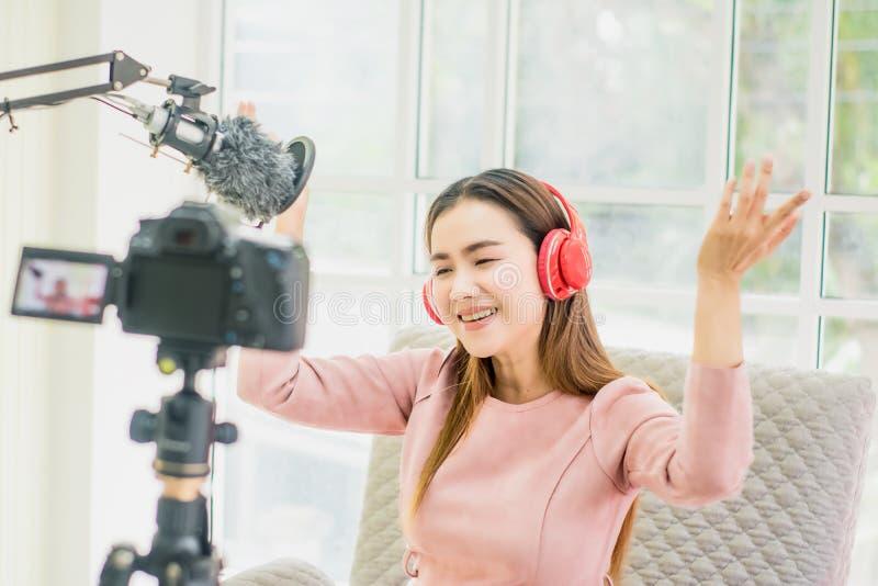 Kobieta wlogerka i blogerka, transmisja i transmisja wideo na żywo dla studentki Studiuj online w salonie, radosny uśmiech, zdjęcie royalty free