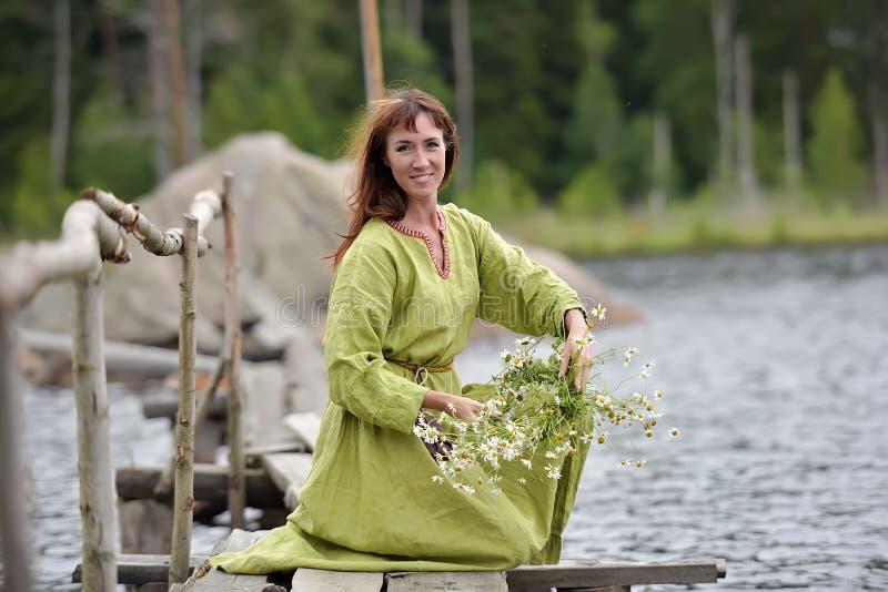 Kobieta wodą z wiankiem w ona ręki obraz royalty free