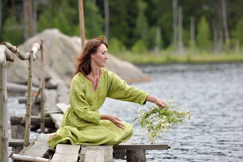 Kobieta wod? z wiankiem w ona r?ki zdjęcie stock