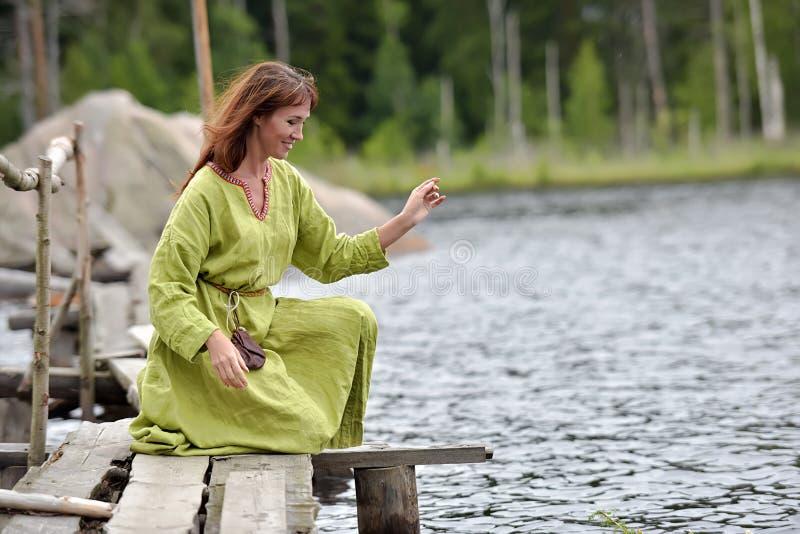 Kobieta wod? z wiankiem w ona r?ki obraz stock