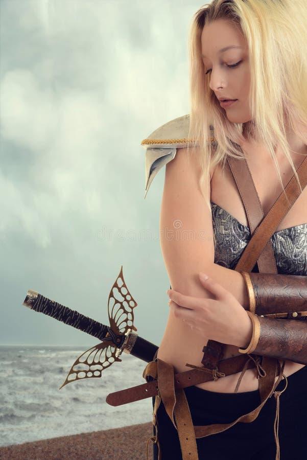 Kobieta wojownik oceanem na plaży fotografia royalty free