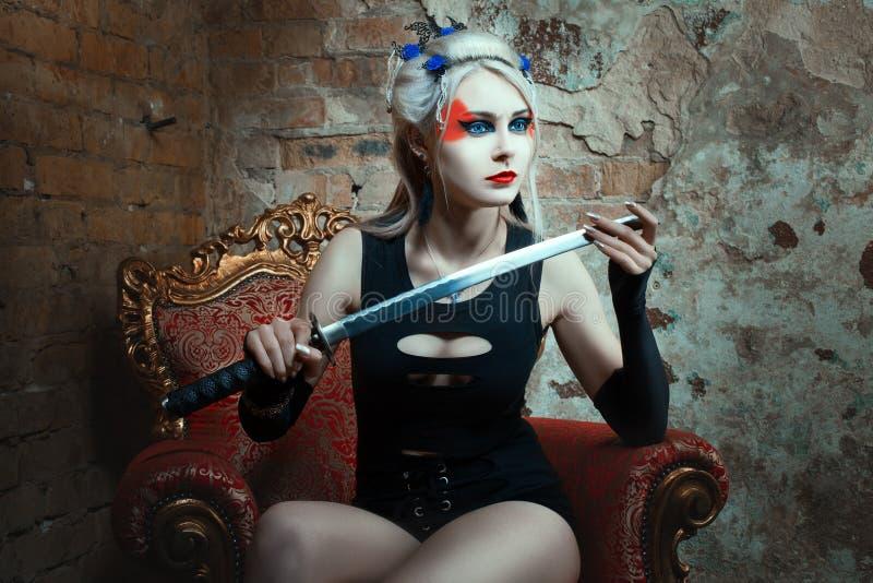 Kobieta wojownik trzyma kordzika w jego ręce zdjęcie stock